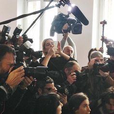 Quand on essaye de faire un #Instagram d'Emmanuel Macron et qu'on se sent un peu seule VS  #SarenzaInside #InstaGouv #pasfaciletouslesjours @gouvernementfr