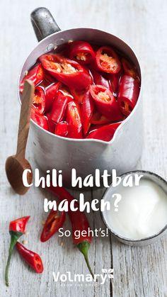 Ernteüberschuss? Chilis haltbar machen! Chilis im Garten und auf dem Balkon gehören bei Urban Gardenern und erprobten Hobbygärtnern zur absoluten Grundausstattung. Die kleinen scharfen Früchte gedeihen zuverlässig im Beet und im Topf und machen mit ihren bunten Farben auch optisch was her. Doch wenn die Erntezeit da ist und man die ersten feurigen Gerichte von Thai- über Tex-Mex bis zur karibischen Küche durchprobiert hat, stellt sich die Frage: was passiert mit dem Rest der reichen Ernte?