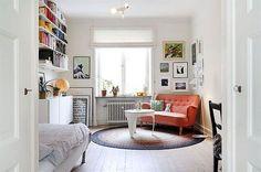 De bank qua vorm is geweldig, plus algemene inrichting: gezellig maar niet te overdadig | Inspiratie: 18 x koraalrood in je interieur | NSMBL.nl