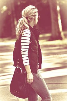 Fall / winter - street style - Striped top + black vest + skinnies + boots