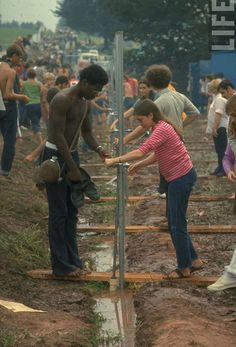 Woodstock, the most famous music festival in history, is celebrating it's Anniversary. The three day festival was held on August 1969 on Max 1969 Woodstock, Festival Woodstock, Woodstock Hippies, Woodstock Music, Woodstock Pictures, Aeropostale, Lake Pictures, Joan Baez, Joe Cocker