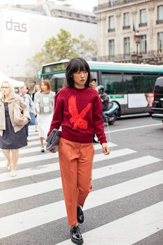 Perfect combo with a Stella Mc Cartney eagle sweatshirt and orange pants in the streets of Paris