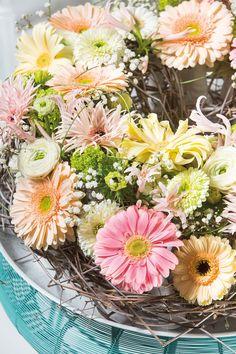 Colourful small gerbera bouquet inside a glass vase #pinkegerberas #whitegerberas #inspiration #colouredbygerbera #dutchgerbera