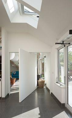 pivot door part open Dream Home Design, Home Interior Design, Interior Architecture, Interior And Exterior, House Design, Home Cinema Room, Bedroom Games, Interior Color Schemes, Pivot Doors