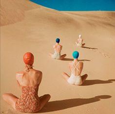 badpakken en badmutsen in het zand