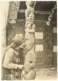 Makereti (Maggie) Papakura sharing a hongi with an unidentified Maori figure at house, Whakarewarewa, Rotorua, Polynesian People, Polynesian Culture, Once Were Warriors, Ta Moko Tattoo, Maori Tribe, Nz History, Maori People, Maori Designs, New Zealand Art