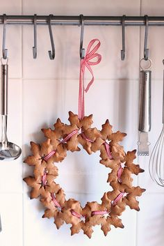 Bake a biscotti and herb wreath for your kitchen this holiday season. Simply use string baked biscotti together with a bright holiday ribbon. Christmas Gingerbread, Noel Christmas, Christmas Treats, Winter Christmas, Gingerbread Cookies, Christmas Decorations, Snowflake Cookies, Xmas Cookies, Christmas Cooking