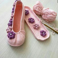 Hayırlı akşamlar diliyorum canlar.Pudra renginin en yoğun ve güzel hali çok seviyorum bu patiğimi bakmalara - Salvabrani Crochet Shoes Pattern, Shoe Pattern, Baby Knitting Patterns, Crochet Patterns, Knit Baby Shoes, Hand Embroidery Videos, Socks And Sandals, Flower Shoes, Crochet Circles