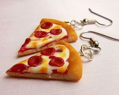 Polymer Clay Pepperoni Pizza Ring Food by ScrumptiousDoodle Polymer Clay Miniatures, Polymer Clay Charms, Polymer Clay Jewelry, Weird Jewelry, Funky Jewelry, Fimo Pizza, Diy Clay Earrings, Clay Food, Miniature Food