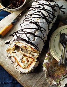 Banoffee meringue roulade - this guaranteed showstopper, this rich pudding is great when your cooking for a crowd christmas pavlova Meringue Roulade, Baking Recipes, Dessert Recipes, Delicious Desserts, Yummy Food, Naked Cakes, Banoffee, British Baking, Cupcakes