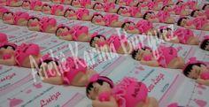 Para eternizar um momento muito especial somente com uma lembrancinha tão delicada quanto esse bebê feito em biscuit. Lembrancinha de nascimento ou chá de bebê. Linda menina dormindo com vestido e calcinha em tons de rosa. Super fofo. Site: www.ateliekarina.com.br Loja Virtual: http://ateliekarina.iluria.com/