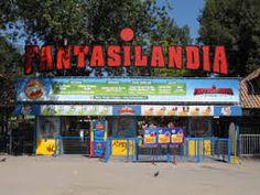 Ayer visitamos un parque de diversiones en el centro de Santiago llamado Fantasilandia. Había varias montañas rusas y una buena variedad de atracciones. Mi juego favorito era el barco pirata que se balanceaba, se levantaba en el aire y te hacia sentir como en el mar.Comimos una deliciosa pizza en un café en el parque de atracciones. Estuvimos todo el día aquí. Lo disfruté de verdad.