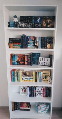 Bookshelves In Bedroom, Library Bookshelves, Bookshelf Design, Bookshelf Inspiration, Room Inspiration, Collage Des Photos, Bookshelf Organization, Dream Library, Dream Book