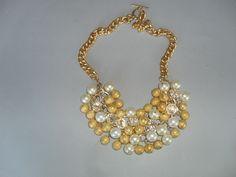 Statement de variedad de cristales y perlas metalizadas en dorado