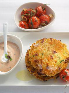 Gemüse-Käsepuffer mit Tomatengemüse und Joghurtdip #hochland #käse #rezept #joghurt #recipe  #veggies