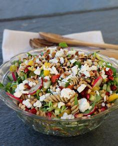 God mandag alle sammen! Denne pastasalaten passer virkelig til det meste. Lag som en egen kjøttfri lunsj- eller middagsrett, eller bruk som tilbehør til kjøtt, fisk, kylling eller grillmat. Vi hadde pastasalaten til sistnevnte – godt å variere den tradisjonelle, grønne salaten innimellom 🙂 Enkel å lage og ferdig på kort tid: Pastasalat med fetaost, … A Food, Food And Drink, Norwegian Food, Indian Food Recipes, Cobb Salad, Salad Recipes, Food To Make, Cooking Recipes, Tasty