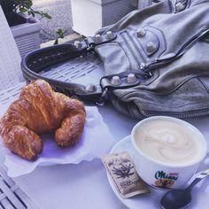 Cappuccino, cornetto e Balenciaga