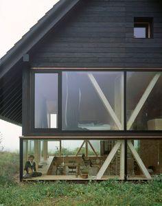 Casa metida en la tierra y primer piso en vidrio