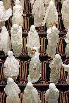 Laylatul Qadr (the night of Qadr) in Ramadan. What is Lailatul Qadr in Islam?Why is Ramadan so important? Why is the night of Ramadan so important? Muslim Girls, Muslim Women, Muslim Family, Alhamdulillah, Belle Tof, Moslem, Mekka, Islam Religion, Islam Beliefs