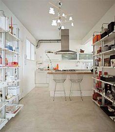 Antes da reforma, esta cozinha era pequena e muito escura. Com a eliminação da lavanderia e da parede que separava este ambiente da sala de jantar, há mais espaço e luz. Em busca de mais claridade, instalou-se um piso de cimento queimado clarinho, que é limpo apenas com pano úmido.
