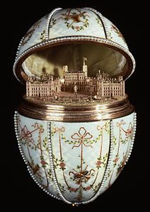 House of Fabergé - Gatchina Palace Egg - la sorpresa è la riproduzione in miniatura del palazzo di Gatčina. Materialioro di quattro colori.