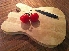 Réalisation d'une planche à découper en forme de guitare électrique Fender Telecaster à partir d'une chute de plan de travail Ikea en chêne lamellé collé.  http://www.travaillerlebois.com/planche-a-decouper-en-forme-de-guitare-electrique/