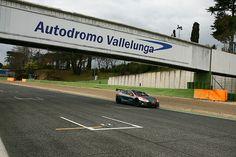 Le pilote brésilien, animateur du championnat de Formule E, a testé la Tesla de la nouvelle série Electric GT sur le circuit de Vallelunga.