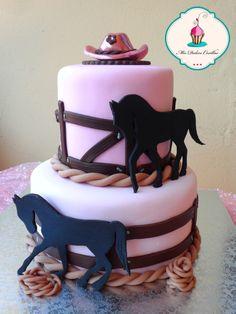 tarta rodeo, con caballos y sombrero