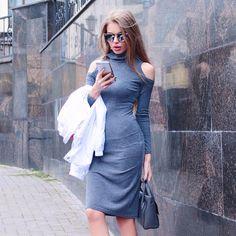 Платье с перчинкой Базовое платье-футляр дизайнеры #SayMyName украсили эффектными вырезами на плечах. Такое платье подчеркнёт вашу стройность и впишется в любой многослойный образ 6900 руб. артикул 154947Более 300 моделей платьев на Toptop.ru #toptopru #шопингонлайн