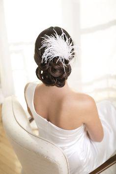 Ein Fascinator mit Federn verleiht der Braut auf der Hochzeit einen frischen, aber dennoch eleganten Touch. Kaum ein Naturmaterial weckt so viele Mode-Assoziationen wie Federn - nutzen Sie dies auf Ihrer Hochzeit und kombinieren Sie Brautkleid und Brautfrisur mit solch einem modischen Highlight. Gerade als Ergänzung zum Satin-Brautkleid oder als Materialmix mit edler Spitze ist ein Feder-Fascinator ein echter Eyecatcher für die Braut.Das Strauss Federn Haarschmuck ist verfügbar in weiss…