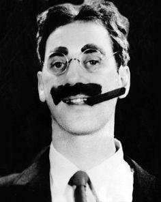 Julius Henry Marx, conocido artísticamente como Groucho Marx (n. Nueva York, 2 de octubre de 1890 - m. Los Ángeles, 19 de agosto de 1977) fue un actor, comediante y escritor estadounidense, conocido principalmente por ser uno de los miembros de los Hermanos Marx.