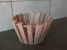 Resultado de imagem para como fazer cachepo com madeira Wood Projects, Woodworking Projects, Diy And Crafts, Arts And Crafts, Wooden Planter Boxes, Pallet House, Wood Clocks, Joinery, Decoration