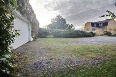 www.maison-rimouski.com  LE 737 BOULEVARD SAINT-GERMAIN MAISON À VENDRE RIMOUSKI  Spacieuse maison ancestrale rénovée avec soin. Les enfants apprécieront les aires de jeux tant intérieures qu'extérieures avec le terrain de 40 000 pi2 ainsi que la proximité de l'école Du Rocher-D'Auteuil, de la piste cyclable et d'un parc. Au sous-sol, cinéma-maison insonorisé, grande salle familiale, atelier avec beauccoup de rangement et un plafond de 10 pi.