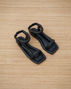 Nanushka Yola Puffed Sandal in Black Leather – The Frankie Shop Huarache, Top Shoes, Me Too Shoes, Look Fashion, Fashion Shoes, Leather Shoes, Black Leather, Shoe Boots, Shoe Bag