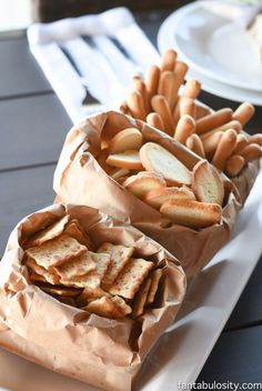 How fun for a rustic party, for bread, crackers and toasts - Grillparty - Brown paper bags! How fun for a rustic party, for bread, crackers and toasts - Grillparty - Wine And Cheese Party, Wine Tasting Party, Tasting Table, Wine Cheese, Wein Parties, Wine Dinner, Snacks Für Party, Wine Party Appetizers, Italian Appetizers