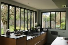 Des menuiseries extérieures en acier.. Backyard Kitchen, Cabin Kitchens, Roof Window, Basement Stairs, Glass Roof, Basement Remodeling, Sweet Home, New Homes, Interior Design