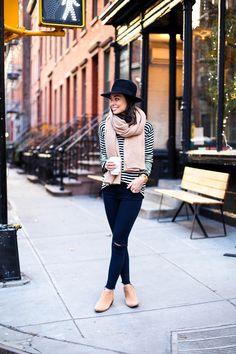 tricô listrado + calça rasgada + cachecol. Casual e excelente para outono e inverno.