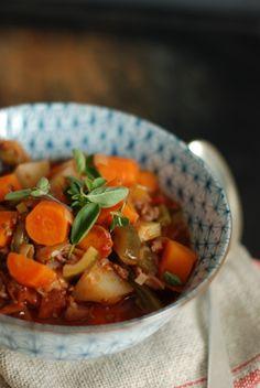 Eintopf (Menge für ca. 6 Personen) 1/2 kg Hackfleisch 3 Zwiebeln 2 Knoblauchzehen 1 kleine Chilischote Je 2 Hände voll von Lieblingsgemüse: Karotten, Kohlrabi, Paprika, Zucchini grüne Bohnen Olivenöl 2 Dosen Tomaten 1/4 L Rotwein 1/4 L Gemüsebrühe Paprika-Gewürz je eine Handvoll: Rosmarin, Oregano, Thymian