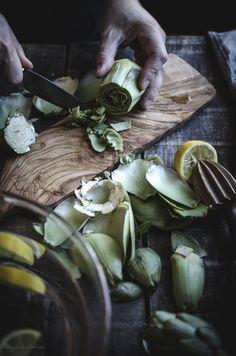 Crema de alcachofas con chips de jamón. Cómo limpiar alcachofas.
