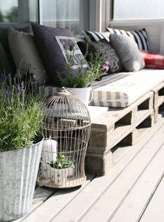 Ideas: Sofá de pallets; plantas en cubos de metal, en sobrante del sofá y en jaula con velas.