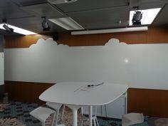 Smart Wall Paintia maalattuna seinästä ulkonevaan kauniisti muotoon leikattuun levyyn.