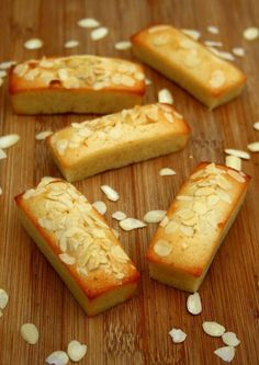 Financiers aux amandes Almond Financiers Simple, fast and ideal for finishing egg whites Financier Cake, Financier Recipe, Pastry Recipes, Baking Recipes, Cake Recipes, Desserts With Biscuits, Mini Desserts, Biscuit Cookies, Desert Recipes