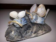 Twee muizen, gemaakt van schelpen.