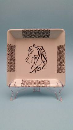 http://mercatinoartigiano.net/it/annuncio/view?id=318 Svuotatasche cavallo arabesco ceramica - Laura  Nan  Svuotatasche, posacenere, piattino, 17x17 cavallo arabesco dipinto interamente a mano libera con pennello n0 su biscotto ceramico sottocristallinato e sucessivamnete cotto ad alte temperature