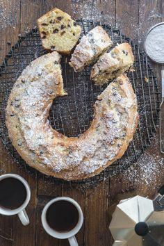 Italian Chocolate Chip Ricotta Cake - A moist delicous Italian Cake Tolle Desserts, Köstliche Desserts, Great Desserts, Dessert Recipes, Delicious Cake Recipes, Yummy Cakes, Sweet Recipes, Italian Cake, Italian Desserts