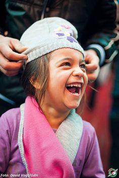 Als Penka ihre neue Mütze aufgesetzt bekommt, strahlt die Fünfjährige vor Glück. #Assenovgrad