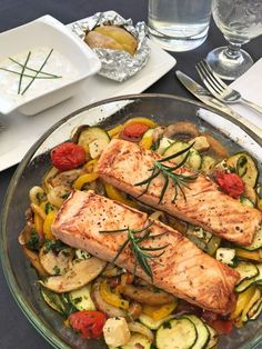 Baked vegetables with Ofengemüse mit Lachs Salmon with oven-cooked vegetables - Healthy Crockpot Recipes, Vegetarian Recipes, Oven Vegetables, Roasted Vegetables, Seared Salmon Recipes, Baked Salmon, Salad Recipes, Shrimp Recipes, Healthy Recipes