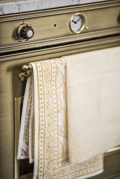Kökshandduk Amrita Ocre på ugn i mässing. Beautiful brass oven with kithens towel Amrita Ocre by Chamois. You can find them at Longcoast Living!