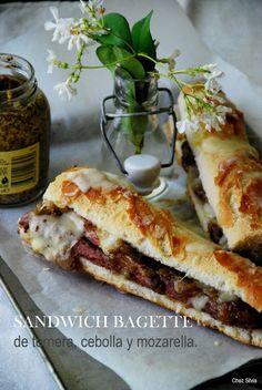 CHEZ SILVIA: Sadwich baguette de ternera, cebolla caramelizada y mozzarela.
