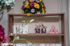 Foto por Dimensão Fotografia ❤ Lorrane & Odirlei em Vila Velha/ES. Decoração de casamento clássica + Amarelo e magenta   Classic wedding + Yellow and magenta, favors